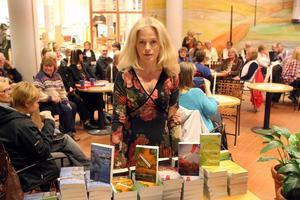 Under kvällen fanns Maria Ernestams böcker att köpa. Som hon också signerade på plats.