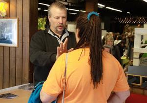 Anders Knutas genomför healing på en av besökarna.