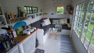 Kolonistugan har fönster i alla väderstreck, många compact living-lösningar och bra förvaring.
