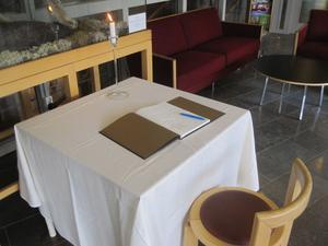 Alla som vill är välkomna att komma till Länsstyrelsens reception den här veckan och skriva i kondoleansboken.