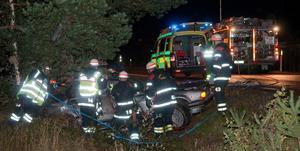 Två personer skadades och fördes till Gävle sjukhus efter en singelolycka på väg 301 sju kilometer från Edsbyn mot Voxna på fredagskvällen.