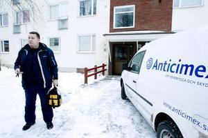 – Jag har hållit på med det i tolv år och trivs jättebra. Man träffar mycket folk och det är ett väldigt fritt arbete, säger Mats Hagelin, skadedjurstekniker på Anticimex.