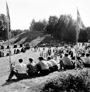 Det är 50-tal och vi är vid Anundshög. Men vad är det som firas? Nationaldagen kanske?