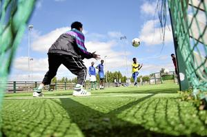 Uppvärmning inför spontanfotbollsturneringen i Kumlaby.