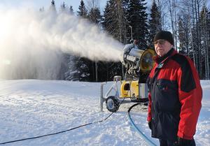 Så här såg det ut för några år sedan vid Hurtigtorpet i Hällefors då Rolf Berglöf i Hällefors Skidklubb berättade om snötillverkningen. I år lyser såväl snö som kyla med sin frånvaro och Lo-spåret måste ställas in.
