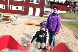 Nils Blom och Tekla Hast åkte rutschkana i lekparken utanför huset när de upptäckte knivarna.