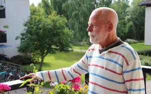 Otto Othozon från Falun läser dikter, spelar musik och föreläser för äldre om ensamhet. En ensamhet som han menar är påtaglig i Sverige. Foto: John Leander