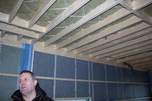 Kalle Kind från Västanforshus berättar att innerväggarna får en bra isolering.