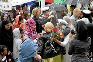 Lycklig dag. Familjemedlemmar och vänner var redo att ta emot när avslutningsceremonin var över.