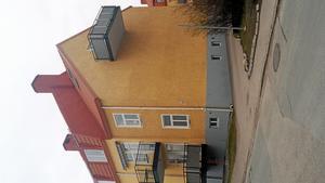 Exempel. Vänstra bilden visar väl avvägda balkonger, enligt Torbjörn Lindstedt, den högra visar överdimensionerade balkonger som måste stöttas. Lindstedt har tagit bilderna på Karlsdal i Västerås.