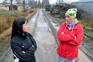 Förstörd gångväg. Marianne Eriksen och Hanna Helge tycker att det är hemskt att banvallen mellan Gropen och Fjugesta har körts sönder av en flismaskin.