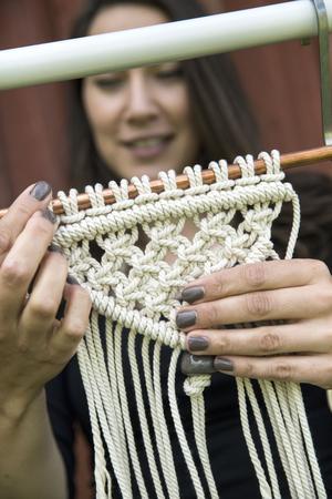 Christel gillar att mixa material. Koppar möter bomull och pärlor av trä eller hennes egna keramik knyts in i mönstret.