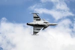 Dånet är öronbedövande när JAS 39 Gripen flyger in från Uppsala, för att visa upp sig.