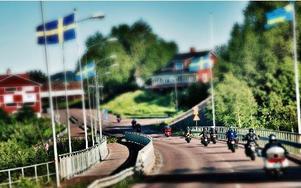 Genom leende sommarlandskap på slingrande vägar.FOTO: BOEL FERM