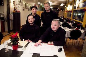Dyster jul i restaurangen. Familjen Ondracek, Jiri, Dosta, Tommy och Bo, hotar att lämna restaurangen om de offentliga toaletterna på Djäkneberget försvinner. De har skött restaurangen i många år. På bordet: Västerås stads uppsägning av städningen av de offentliga toaletterna och ett kontrakt för restaurangverksamheten som Bo Ondracek vägrar att skriva på.
