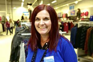 Viktoria Pållgård, butikschef på Lager 70, är nöjd över att få öppna på regementsområdet. Samtidigt är det en etablering som stör Christer Widén, ordförande i centrumföreningen: