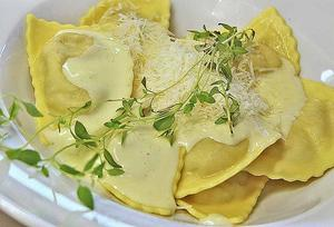 Färdig svamppasta lever upp med smakfull ostsås och färska örter.