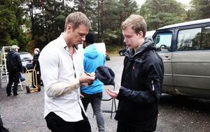 Joel Kinnaman ger Mattias sin favoritkeps. Signerad, så klart.