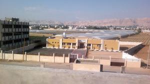 På den här översiktsbilden syns den nya SIRA-skolan i Jeriko på slätten ett par kilometer från stadens centrum. I bakgrunden skymtar Frestelsens berg. I skolan undervisas 30 barn med läs- och skrivsvårigheter och svårigheter med att räkna.