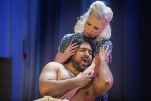 Matilda Orrling och John Haque gör rollerna som Lola och Turiddu i uppsättningen av