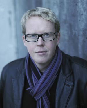 Den första boken i Jonas Moströms nya serie har tema maktmissbruk.
