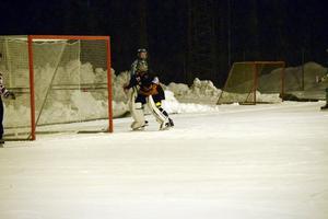 Gustav Östlund kastade bollen, via Sandvikens målvakt, i mål i söndags. På just det här utkastet, i bortamatchen mot Borlänge/Tuna på tisdagskvällen, noterades han för en assist till 2–1-målet.