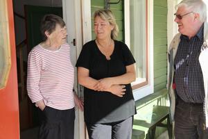 Doris Pålsgård och Christina Edlund tar emot auktionisten Åke Altberg, som kommer med korv och läsk inför lördagens auktion. Christina var inne på att ta över gården, men den planen sprack på grund av ekonomin. Det skulle bli för dyrt.