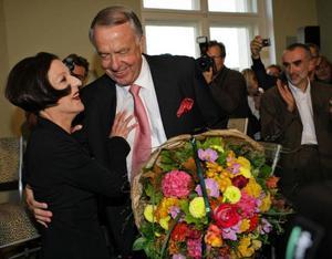 Tysklands kulturminister Bernd Naumann gratulerar landets första Nobelpristagare i litteratur på tio år.Foto: Herbert Knosowski/AP/Scanpix