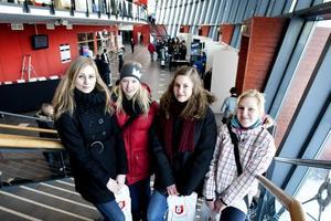 Intresserade. Trots att de bara går första året på Bessemerskolan var Felicia Magnusson, Andrea Gustafsson, Ellinor Delin och Ronja Åsberg med på gårdagens utbildningsmässa. På Göransson Arena i Sandviken fanns flera av Sveriges universitet och högskolor för att informera och peppa ungdomar.