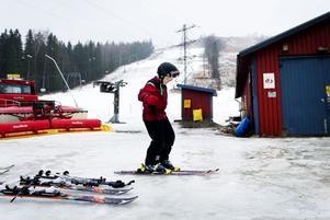 Efter en kort paus åker skidorna på igen. Melker Sjöblom trotsade regnet och åkte slalom i Åsbacken under torsdagen.
