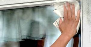Vårsolen avslöjar hur mycket du behöver tvätta fönstren.