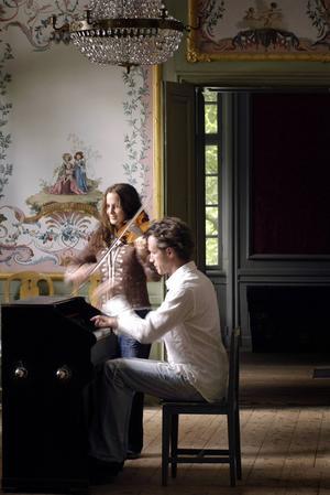 Lisa Rydberg och Gunnar Idenstam spelar Bach.