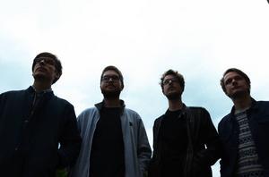 ORO från Söderhamn ett ungt band med ett sound som känns både retro och modernt. Här är fyra av de fem medlemmarna under en orolig himmel.