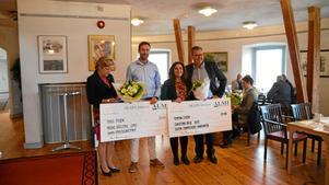 Örebro läns landshövding Maria Larsson tillsammans med vinnarna av skapa-priset, Pierre Rågstad och Cristina Orre.