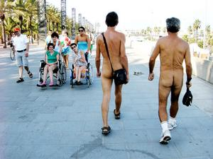 Made my dayRoligt möte mellan manliga nudister och kvinnor i rullstol. Strandpromenaden vid Port Olympic i Barcelona