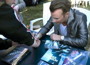 I pausen fick den som ville en autograf av Magnus Carlsson.