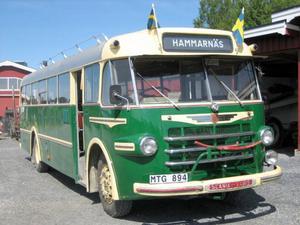 1953 började bussbolaget Nilsson & Gåije köra linjetrafik mellan Hammarnäs-Östersund med denna Scania-Vabis buss från 1952. Sommaren 2013 var bussen tillbaka i Arvesund efter 60 år.