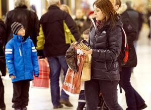 väskor. Mycket folk i rörelse och många väskor att hålla reda på, då ökar risken att ficktjuvar slår till. Foto: Rune Jensen
