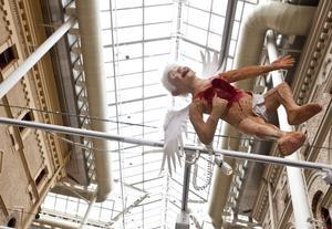 En änglafigur som fått hjärtat utslitet av en kompis. Max Magnus Norman tror att hans barnänglar kommer att röra upp en del känslor.