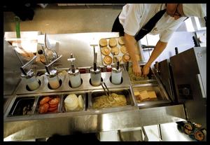 Anställer unga. Max hamburgerrestaurang har anställt många unga med funktionsnedsättning. Moderater har intervjuat dem. Arkivbild: Lisa Selin