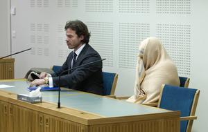 Häktningsförhandlingen mot kvinnan hölls också bakom stängda dörrar i slutet på juni. Till vänster hennes advokat Slobodan Jovicic.