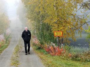 Den här vägbanken stoppar vattenströmningen som kommer från höger. En vägtrumma skulle återställa flödet på den här sidan Öjarsjön, konstaterar Iwan Örjebo.