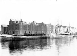 De gamla hamnmagasinen finns kvar än i dag, flera av dem välbevarade och elegant upprustade invändigt.