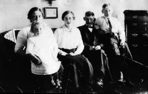 Familjen Sohlberg 1910. Farföräldrarna gifte sig 1899 och flyttade in på gården Övre Åsen 7 tomt 6B. Barnen föddes 1899, 1903, 1905 och 1912. Sonen Hans Johan till höger var John Sohlbergs far.
