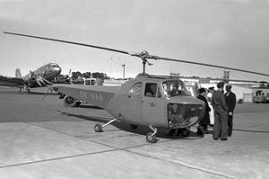 Det var den här helikoptern som skrämde Lars Owe när han var på väg hem med mjölken till sin mamma. Han minns speciellt att färgen på den var röd.