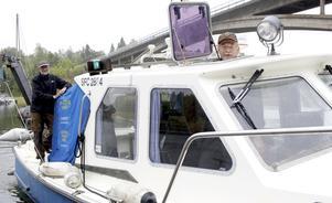 Professon Sture Hansson och docent Ulf Larsson har haft en hektisk vecka med 200 provtagningar av vattenkvaliteten längs med roslagskusten.