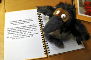 Barnen kan låna hem gosedjuren och skrivböckerna i två veckor. Så här ser Kråkans skrivbok ut.