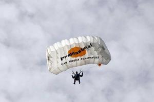 SM i fallskärmshoppning flyttas i år till Rörberg. Bilden är tagen under förra årets SM i Gryttjom.
