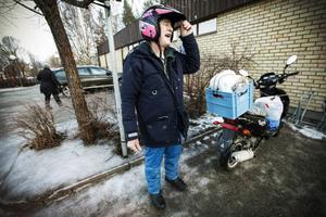 Haldo Edin åker ofta moped mellan Hällesjö och Kälarne. – Utan kommunikationer dör bygden, sa han. Foto: Susanne Kvarnlöf