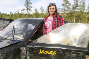 Jessica Persson i bilen hon ska tävla i nästa helg i Ljusdal.